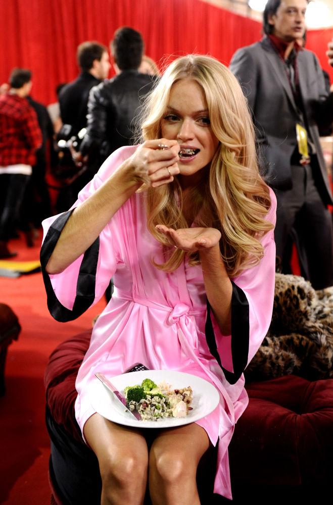 Modelo come nos bastidores durante preparação para o desfile da Victoria's Secret 2010, nos EUA, 10 de novembro de 2010