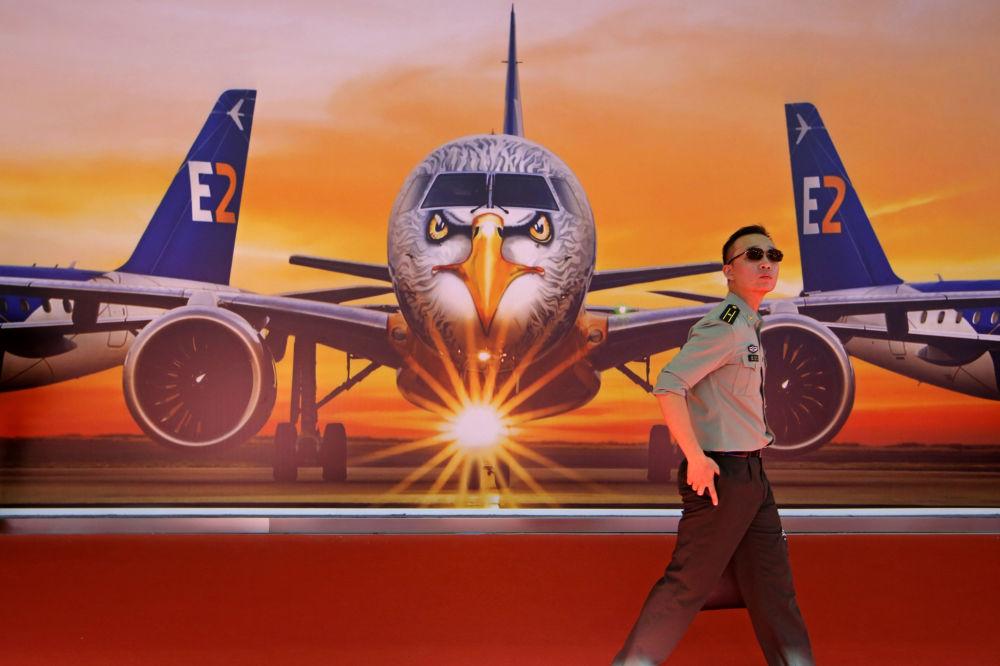 Pôster com avião da Embraer E190-E2, que está na Exposição Internacional de Aviação & Aeroespacial da China 2018