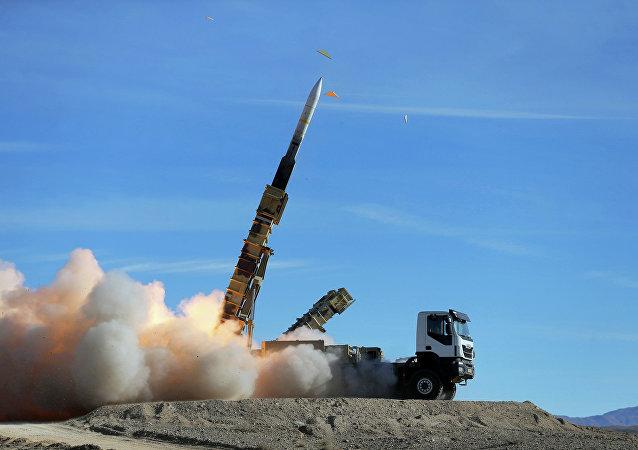 Sistema de defesa antiaérea Talash lançando um míssil Sayyad 2 durante manobras iranianas Velayat