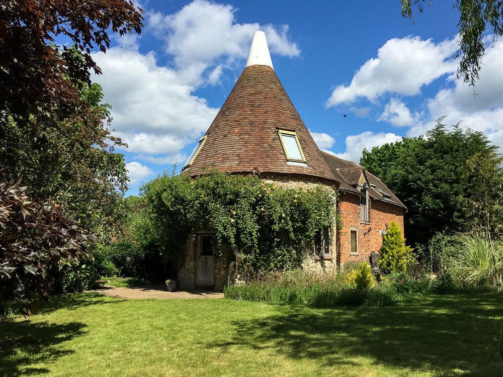 O hotel Elvey Farm está localizado na povoação britânica de Pluckley, conhecida como o povoado dos 12 fantasmas. Os visitantes do hotel teriam encontrado um viajante chorando, um jovem professor que se enforcou e uma misteriosa mulher de vermelho.