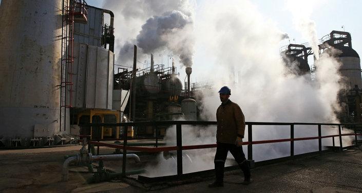 Um operário entra na refinaria de petróleo de Teerã, ao sul da capital.
