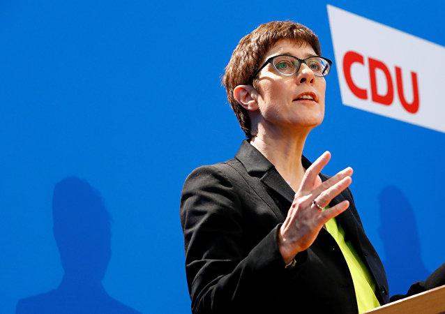 A correligionária da chanceler Angela Merkel, Annegret Kramp-Karrenbauer, discursa em coletiva de imprensa para promover sua candidatura à liderança da CDU.