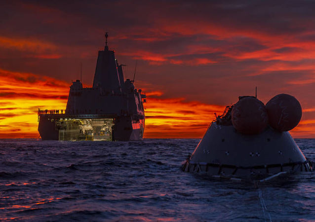 Navio anfíbio John P. Murtha da Marinha dos EUA durante teste de resgata do protótipo de capsula espacial, 1º de novembro de 2018