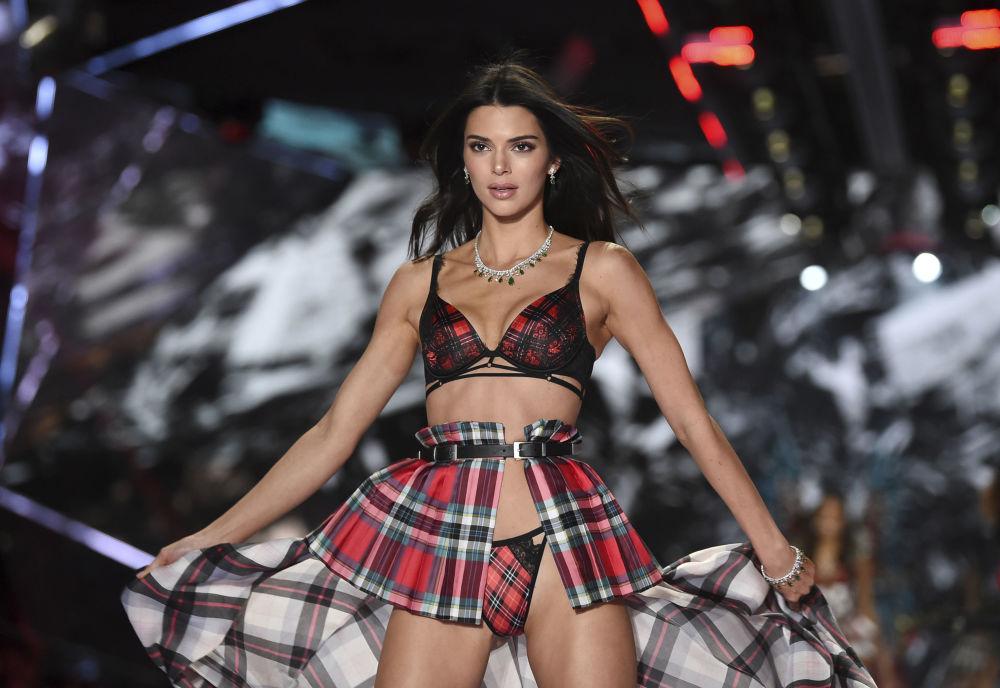 Modelo Kendall Jenner posa no show da Victoria's Secret em Nova York