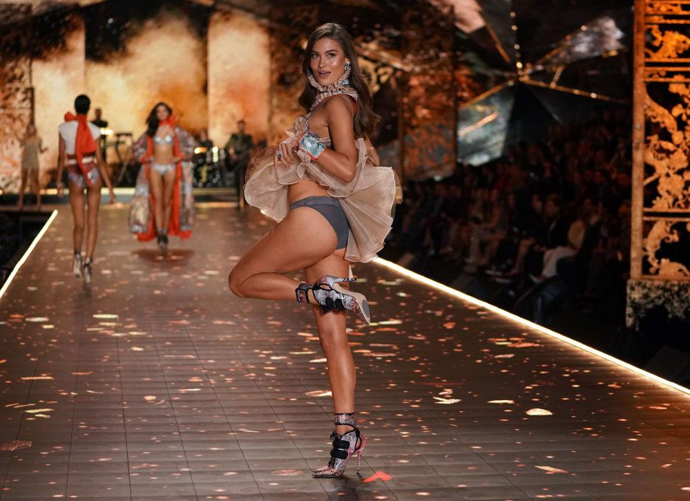 Modelo alemã Lorena Era posa na passarela do Victoria's Secret Fashion Show, em 8 de novembro de 2018, em Nova York