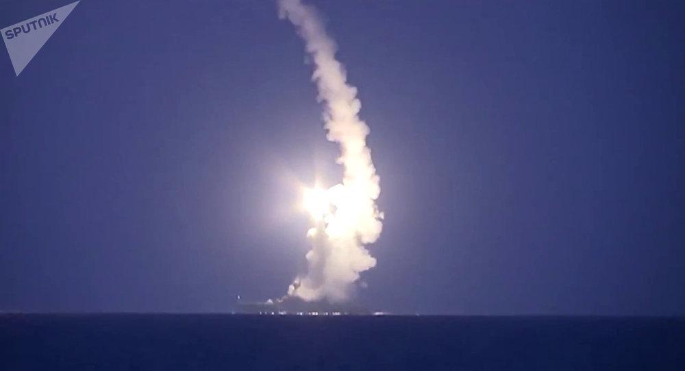 Lançamento de mísseis de cruzeiro russos dos navios da Frota do Mar Cáspio para atacar as posições do Estado Islâmico na Síria