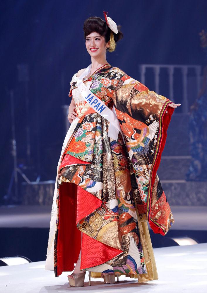 Miss Japão, Hinano Sugimoto, se apresenta no palco durante o concurso Miss Beleza Internacional 2018, em Tóquio, em 9 de novembro de 2018