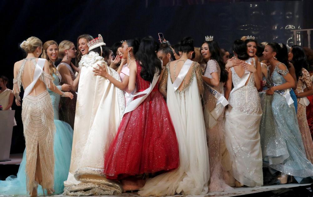 Competidoras se abraçam depois da cerimônia do 58º concurso Miss Beleza Internacional 2018, em Tóquio, em 9 de novembro de 2018