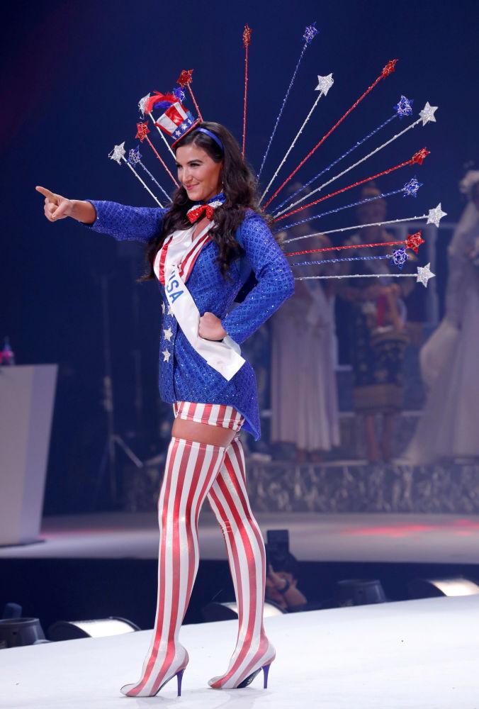 Miss EUA, Bonnie Walls, se apresenta no palco durante o concurso Miss Beleza Internacional 2018, em Tóquio, em 9 de novembro de 2018