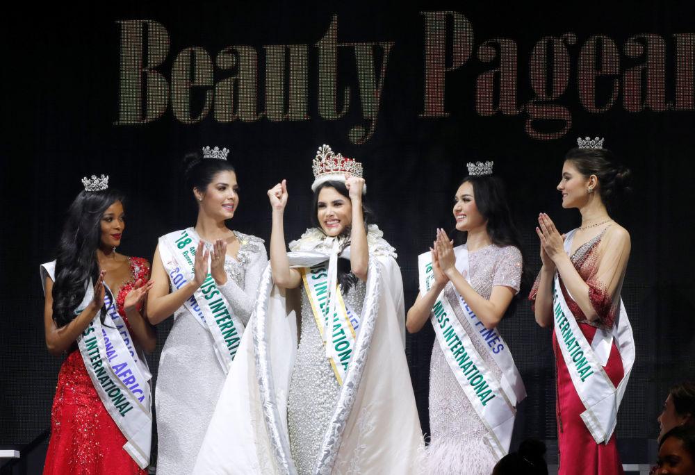 Miss Beleza Internacional 2018, a venezuelana Mariem Claret Velazco Garcia, rodeada de finalistas durante a final do concurso em Tóquio, em 9 de novembro de 2018