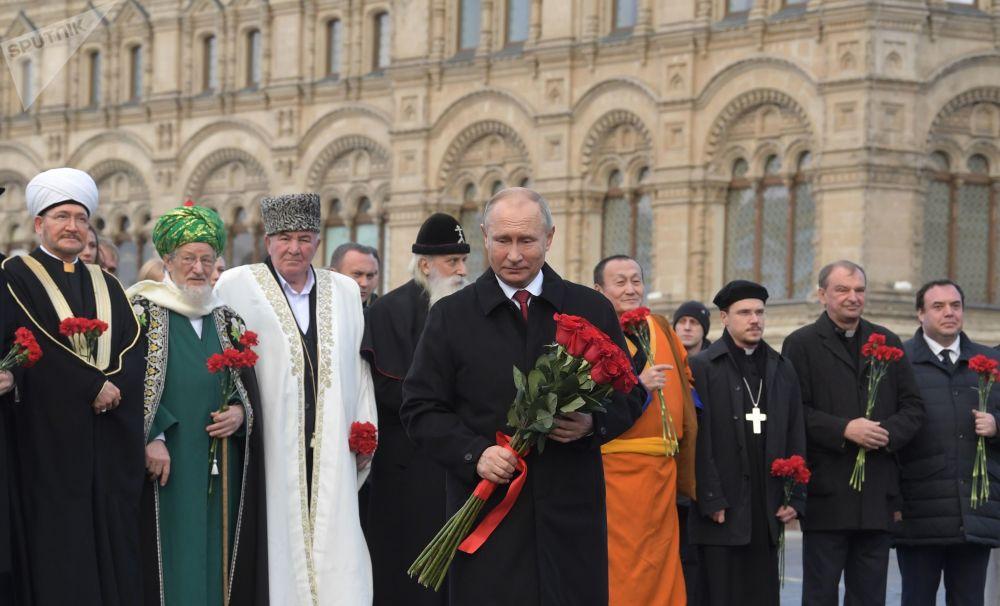 Vladimir Putin participa dos eventos comemorativos no Dia da Unidade do Povo, em 4 de novembro de 2018, junto de altos representantes das diferentes religiões, em Moscou