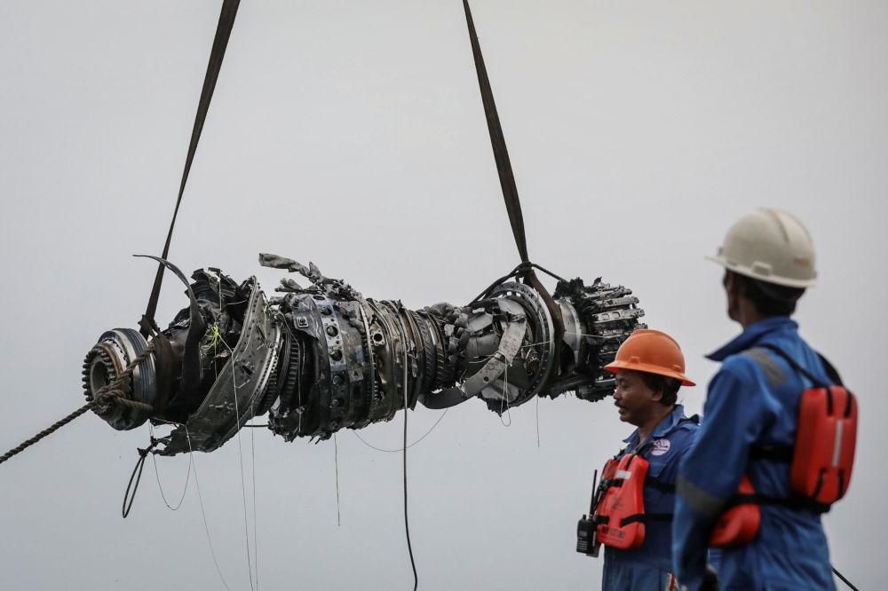 Bombeiros levantam do mar o motor do avião Lion Air JT610 acidentado na Indonésia
