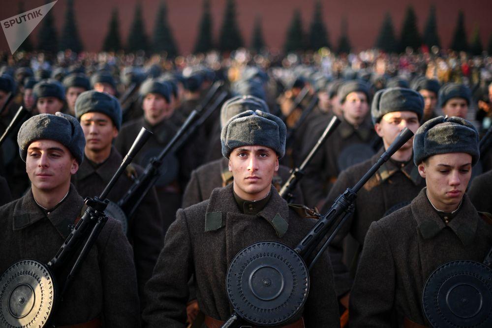 Participantes da marcha dedicada ao 77º aniversário da parada militar de 1941, na Praça Vermelha, em Moscou
