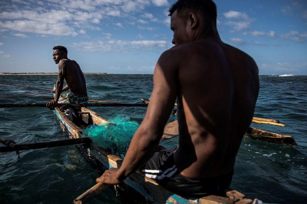 Pescadores malgaxes descansam durante a pesca na comunidade de Anakao, na costa sudoeste de Madagascar