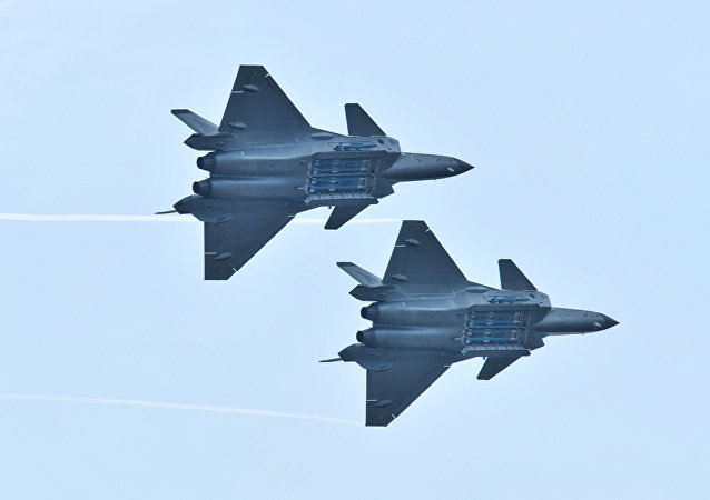 Caça chinês J-20 realiza manobras com compartimento de armas aberto durante o Airshow China 2018