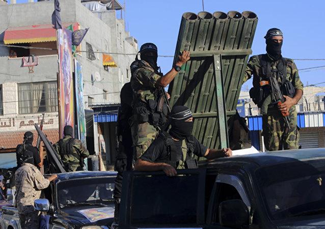 Militantes palestinos das Brigadas al-Nasser Salah al-Deen perto de um lançador de foguetes durante desfile em honra do 17º aniversário de seu grupo no campo de refugiados de Rafah, em 26 de setembro de 2016