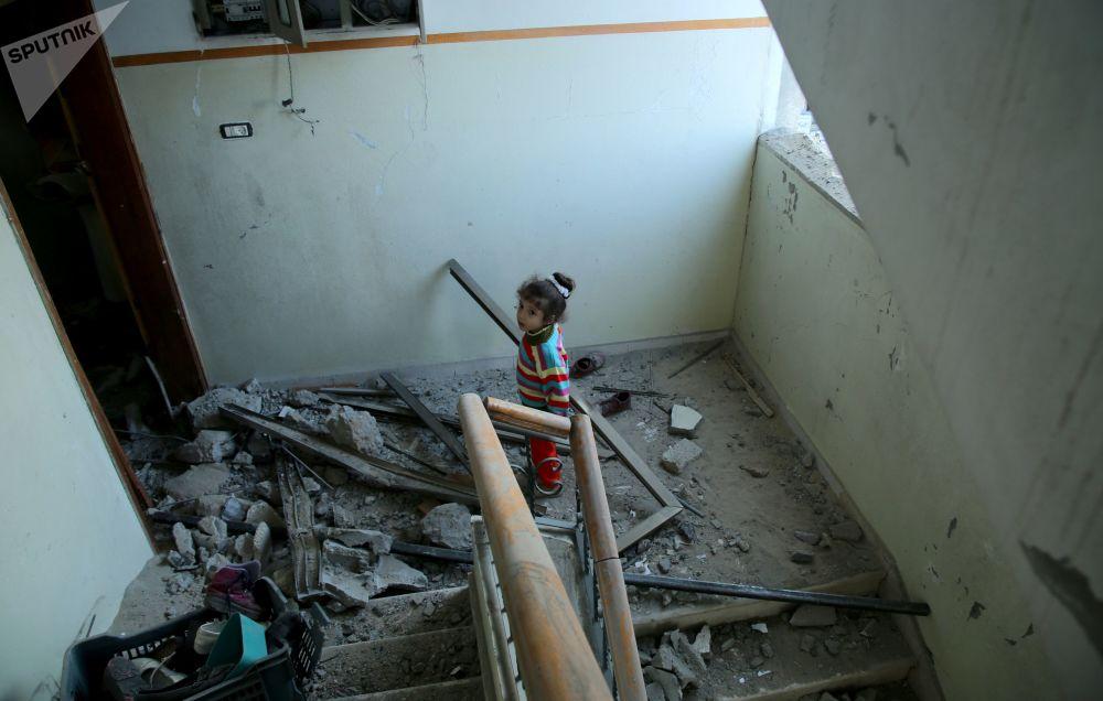 Menina em um prédio residencial atingido por mísseis israelenses na Faixa de Gaza