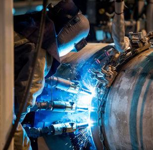 Trabalhador soldando tubos do gasoduto TurkStream (imagem de arquivo)