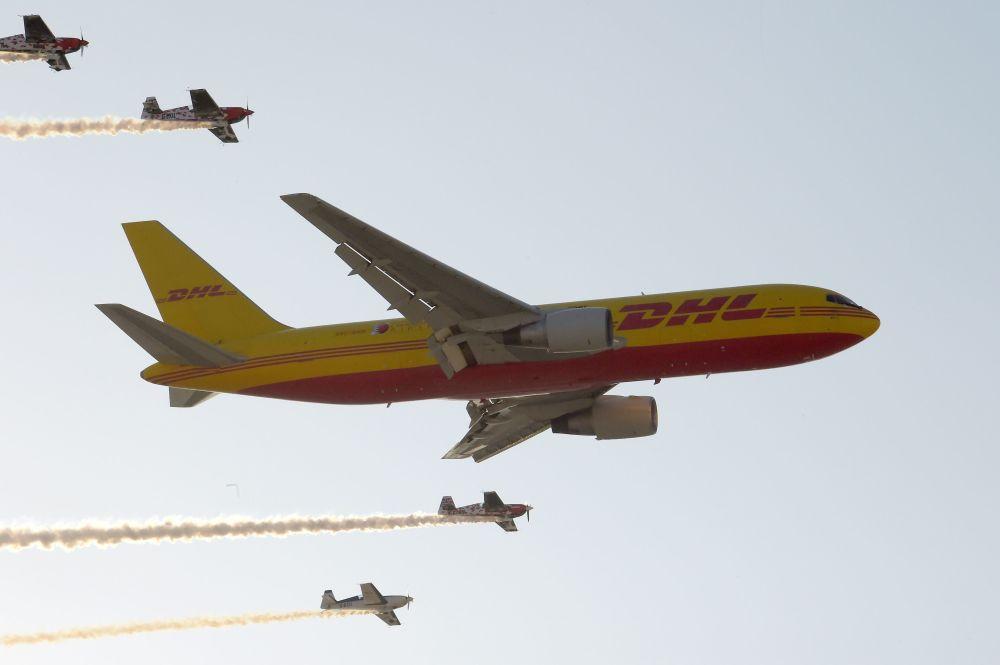 Aeronave Boeing 767 de carga da empresa DHL realiza manobras aéreas no Show Aéreo Internacional Bahrein 2018