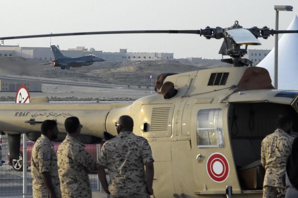 Caça F-16 da Força Aérea dos EUA realiza manobras aéreas durante apresentação internacional ao sul da capital de Bahrein, Manama, em 14 de novembro de 2018