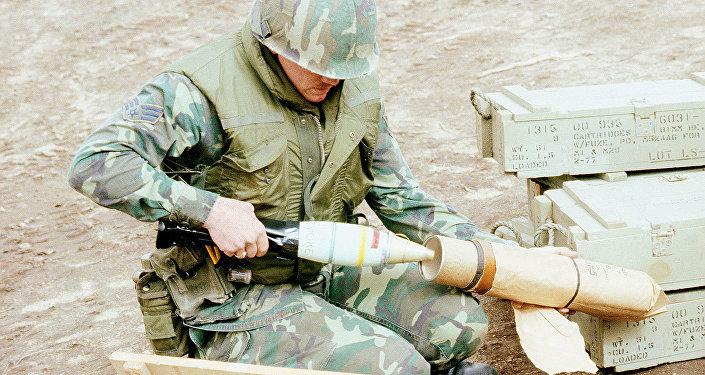 Soldado norte-americano com bomba de fósforo (foto de arquivo)