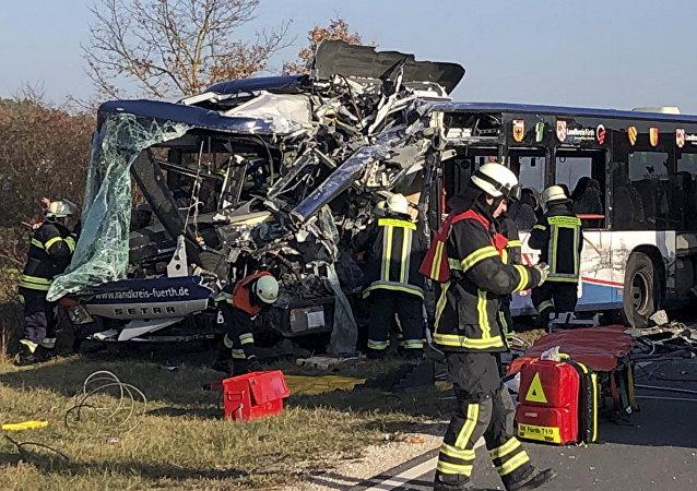 Bombeiros ao lado de dois ônibus que colidiram na cidade de Ammendorf, próximo de Fuerth, na Alemanha.