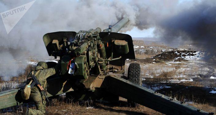 Soldados russos usam peça de artilharia durante exercícios militares