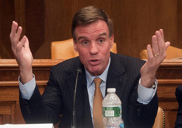O senador democrata norte-americano Mark Warner