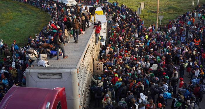 Caravana de milhares de migrantes se dirige do México aos EUA