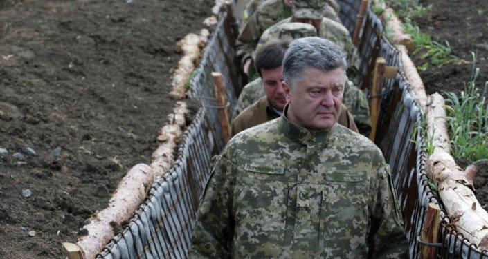 Presidente ucraniano Pyotr Poroshenko examina a construção de fortificações na região de Donetsk, em 11 de junho de 2015