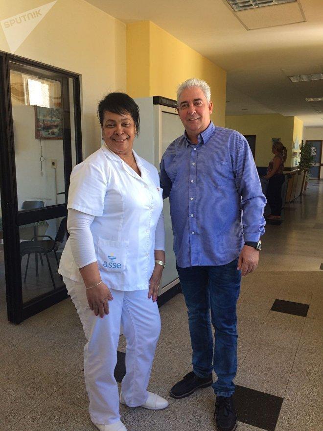 Roberto Castellón, chefe da equipe médica cubana no Uruguai junto de uma das colaboradoras