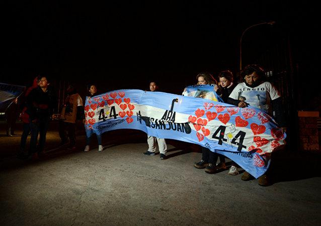 Familiares dos tripulantes do submarino argentino naufragado ARA San Juan reunidos perto da base da Marinha argentina em Mar del Plata, 17 de novembro de 2018