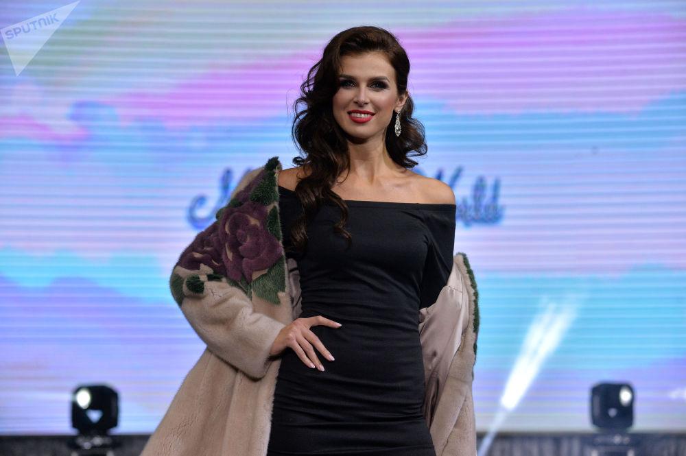 Participante da final do concurso Mrs. Bielorrússia, Lyubov Matusevich, desfilando com casaco de pele.