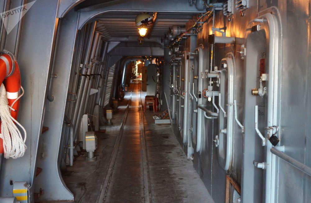 Passagem interior na fragata do projeto 22350, Admiral Kasatonov, atracada no estaleiro em São Petersburgo