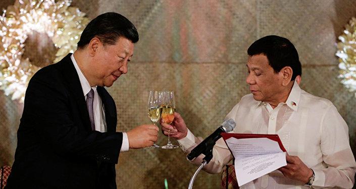 O presidente chinês, Xi Jinping, com o presidente das Filipinas, Rodrigo Duterte, em Manila.