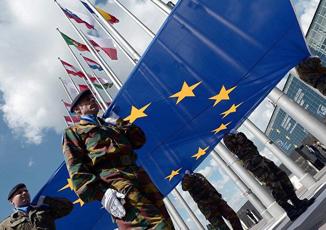 Soldados do Eurocorps com a bandeira da União Europeia na frente do Parlamento Europeu em Estrasburgo, leste da França. 30 de junho em 2014