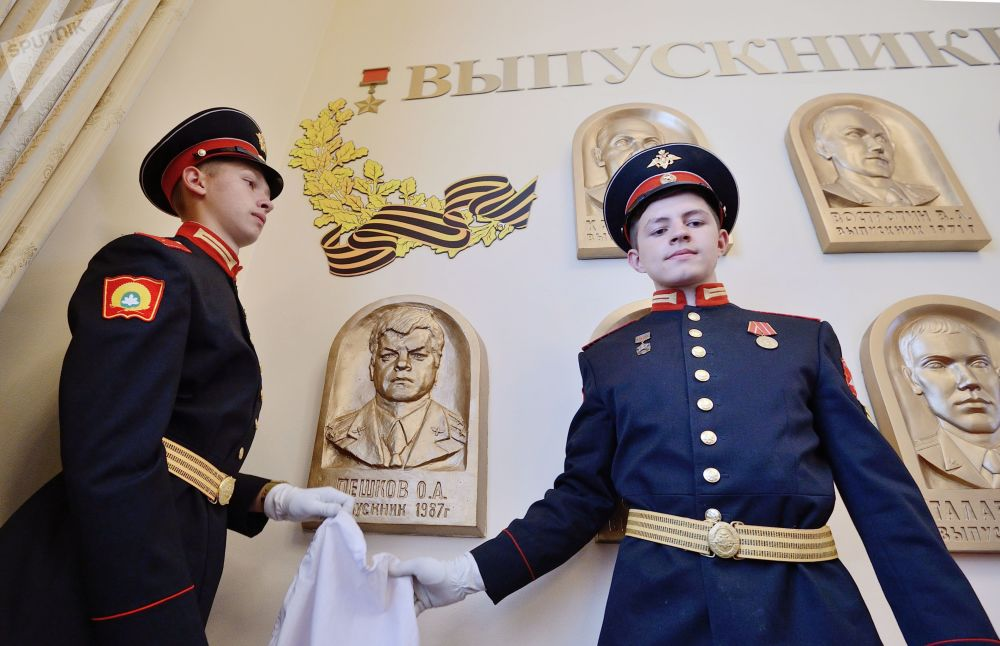 Cerimônia de inauguração de baixo-relevo memorial em honra do herói da Rússia Oleg Peshkov em uma escola militar