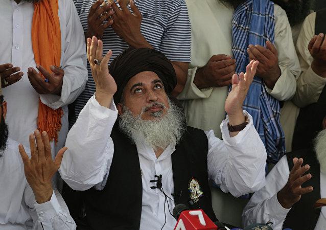 O clérigo radical Khadim Hussain Rizvi reza durante seu discurso a seguidores em Lahore, Paquistão. Cerca de mil seguidores reuniram-se em Lahore em protesto contra uma determinação judicial que tornou o clérigo em fugitivo devido a protestos violentos de 2017 em Islamabad, nos quais cinco pessoas foram mortas.