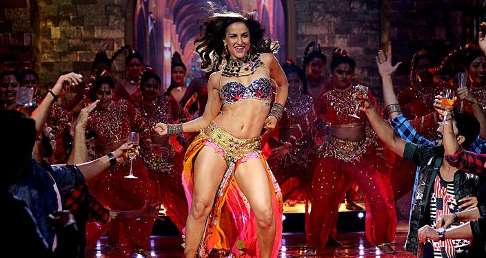 Atriz de Bollywood, Elli Avram, se apresenta no palco em Mumbai
