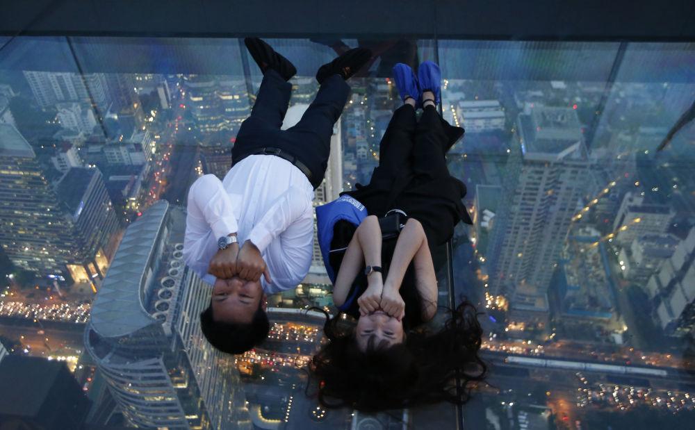 Turistas posam para foto no 78º andar do arranha-céu King Power Mahanakhon, em Bangkok