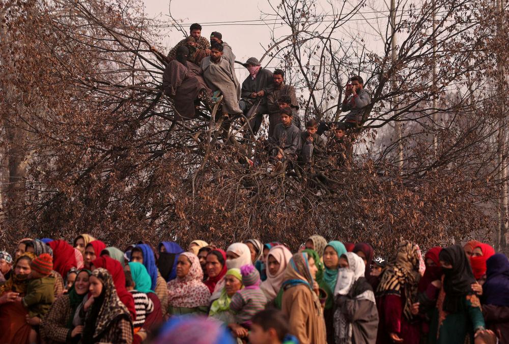 Pessoas atendem o funeral de Yawar Ahmad, suspeito de ser militante radical, que alegadamente teria sido morto em um confronto com forças de segurança indianas, na povoação de Batnoor