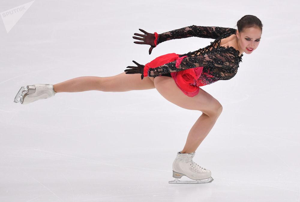 Patinadora artística Alina Zagitova se apresenta durante a 5ª etapa do Grand Prix, em Moscou