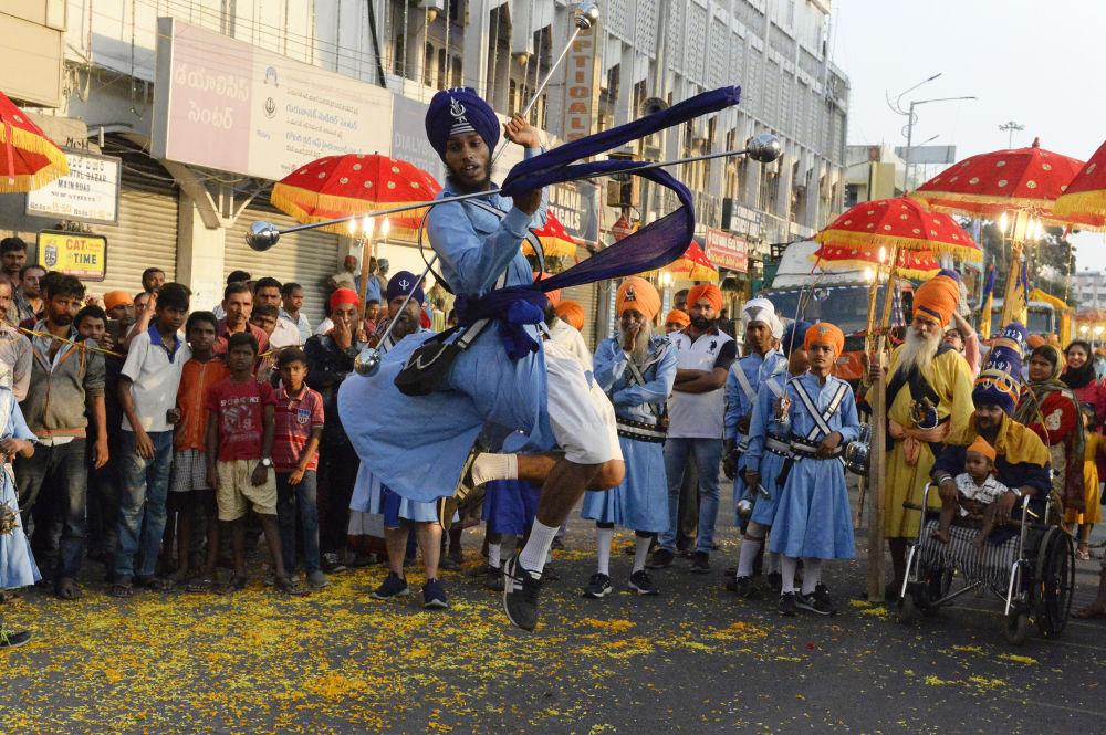 Sikhs indianos demonstram sua mestria em artes marciais durante uma procissão sagrada em Secunderabad