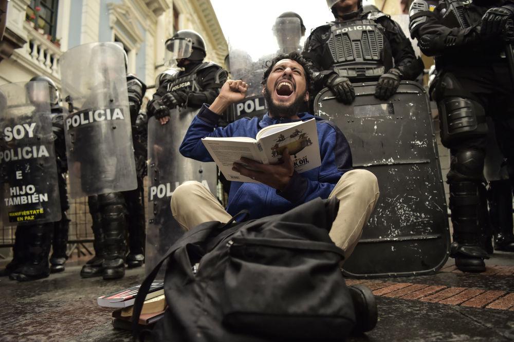 Estudantes protestam contra a redução das despesas públicas com a educação no Equador