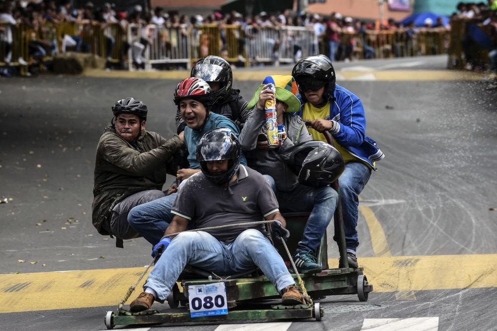 Participantes de uma corrida de veículos de produção caseira na cidade colombiana de Medellin