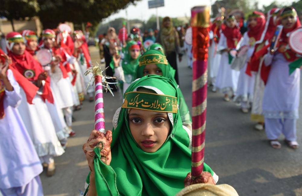 Adolescentes paquistaneses participam de festejos no dia do aniversário do profeta Maomé, em Karachi