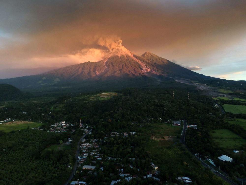 Vulcão Fuego entra em erupção em Escuintla, na Guatemala