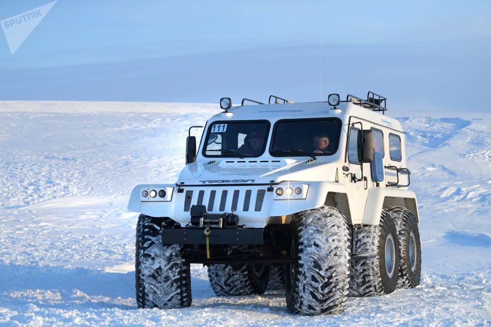 Todo-o-terreno do presidente russo, Vladimir Putin, percorre a ilha Terra de Alexandra, no arquipélago ártico da Terra de Francisco José, na Rússia, em 29 de março de 2017