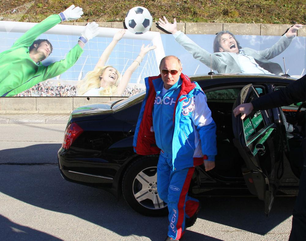 O presidente russo, Vladimir Putin, sai do carro ao visitar um resort de esqui em Sochi, em 3 de janeiro de 2013