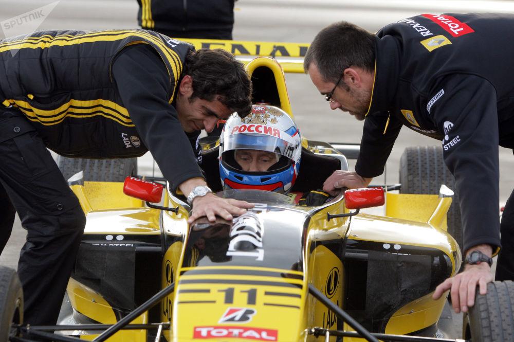 Vladimir Putin, então premiê russo, se testa na qualidade de piloto da Fórmula 1, na região de Leningrado, em 7 de novembro de 2010